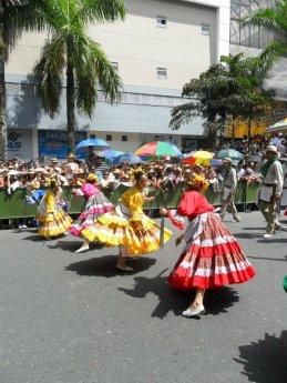 Bailarinas 'voleando machete' en un desfile por la calle principal de la ciudad. Foto: Archivo personal.